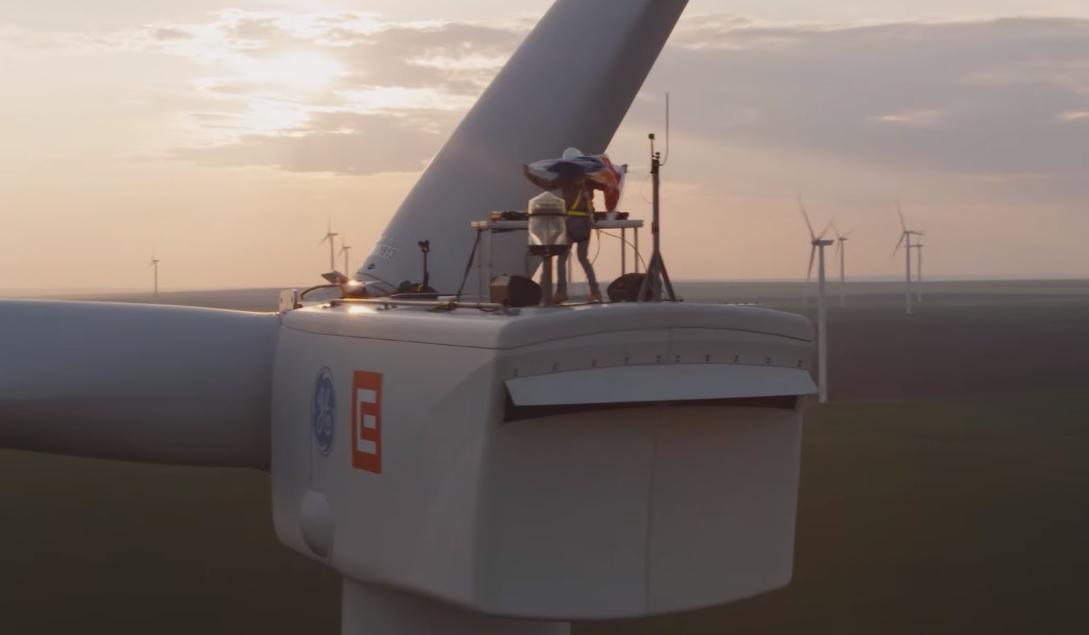 NEVERSEA, primul festival din lume alimentat cu energie verde din sursă eoliană! Un DJ a mixat, în premieră, pe o turbină eoliană, la 100 de metri înălțime!