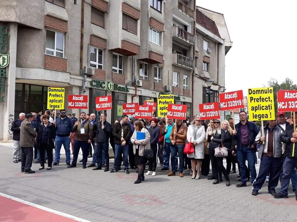 Angajații aeroportului clujean au protestat în fața Prefecturii – FOTO/VIDEO