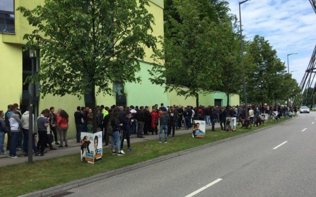 Coadă impresionantă la Munchen – Peste 1000 de persoane așteaptă să voteze la consulatul României