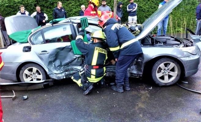 Doi pompieri din Cluj i-au salvat viaţa unei femei în timp ce alimentau autospeciala de serviciu