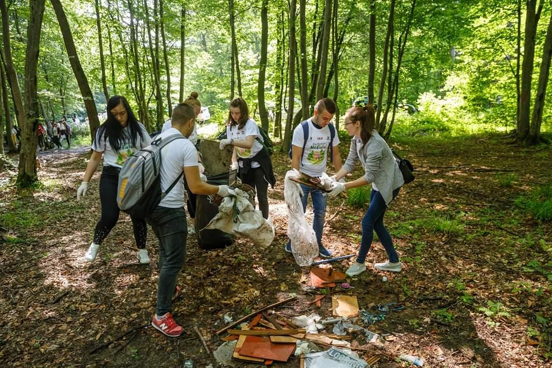 Studenții de la UTCN au făcut curățenie în pădurea Făget de Ziua Mondială a Mediului