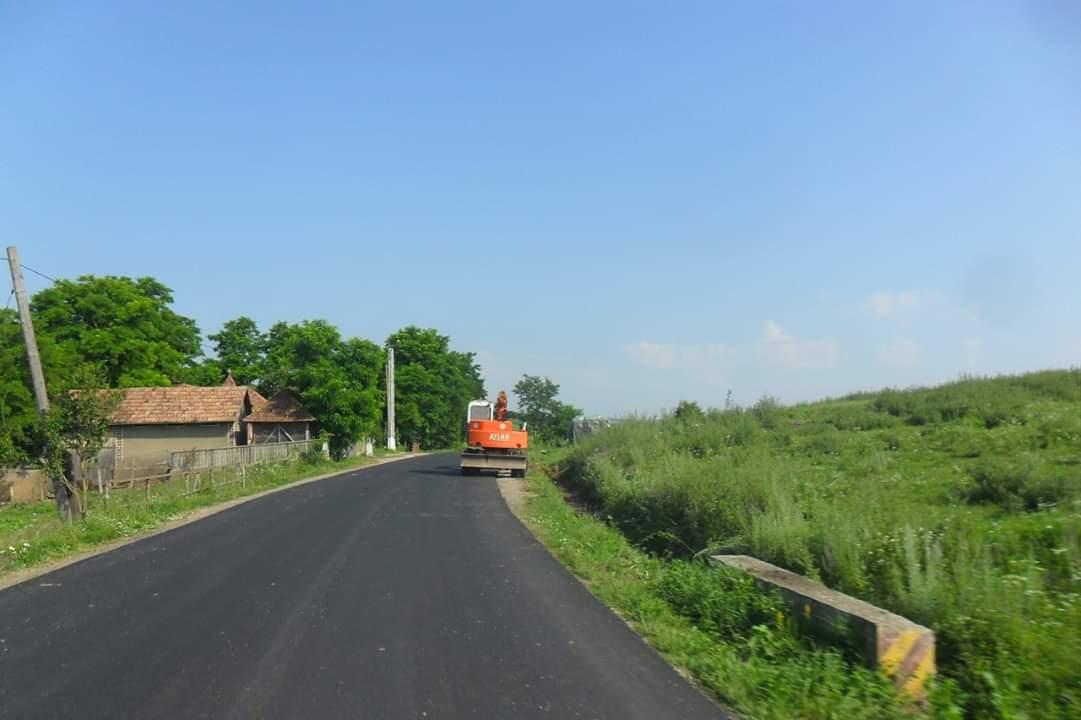 Lucrările de asfaltare a sectorului de drum Gherla – Fizeșu-Gherlii au început