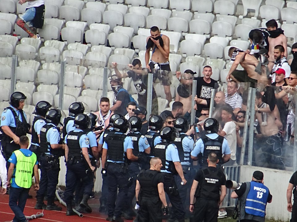 """Zeci de fani au ajuns la spital după abuzul jandarmilor la meciul de baraj """"U"""" – Sibiu! Oamenii legii au gazat femei și copii"""