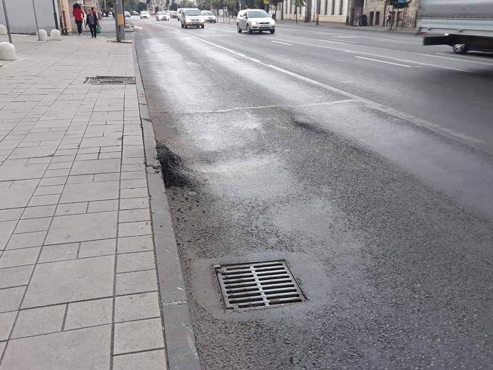 Lucrări de mântuială á la Cluj. S-a lăsat asfaltul în stația de bus de la The Office! FOTO