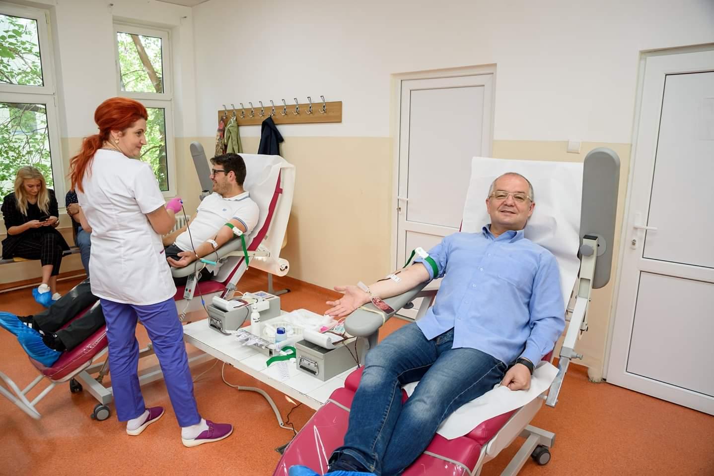 """Emil Boc și angajații primăriei  au donat sânge: """"Dacă puteți face un bine să-l faceți!"""""""