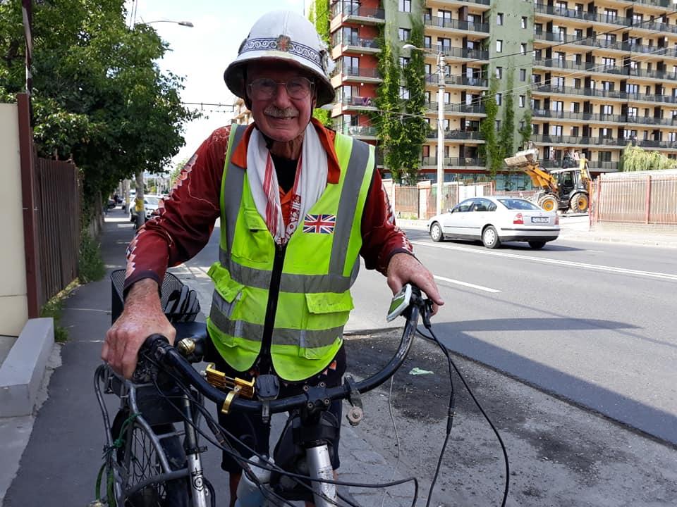 Englezul care la 72 ani străbate lumea pe o bicicletă electrică a poposit și la Cluj