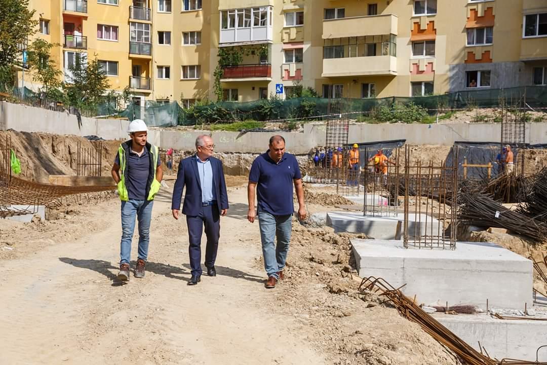 Fără căști de protecție pe șantier, Boc și Tarcea au inspectat lucrările parking-ului Primăverii și au tras concluzia că sunt în grafic. Va fi finalizat în iulie 2020?