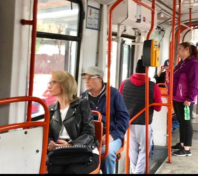 Gabriela Firea îl copiază pe Emil Boc. Primărița din București, surprinsă de paparazzi circulând cu tramvaiul!