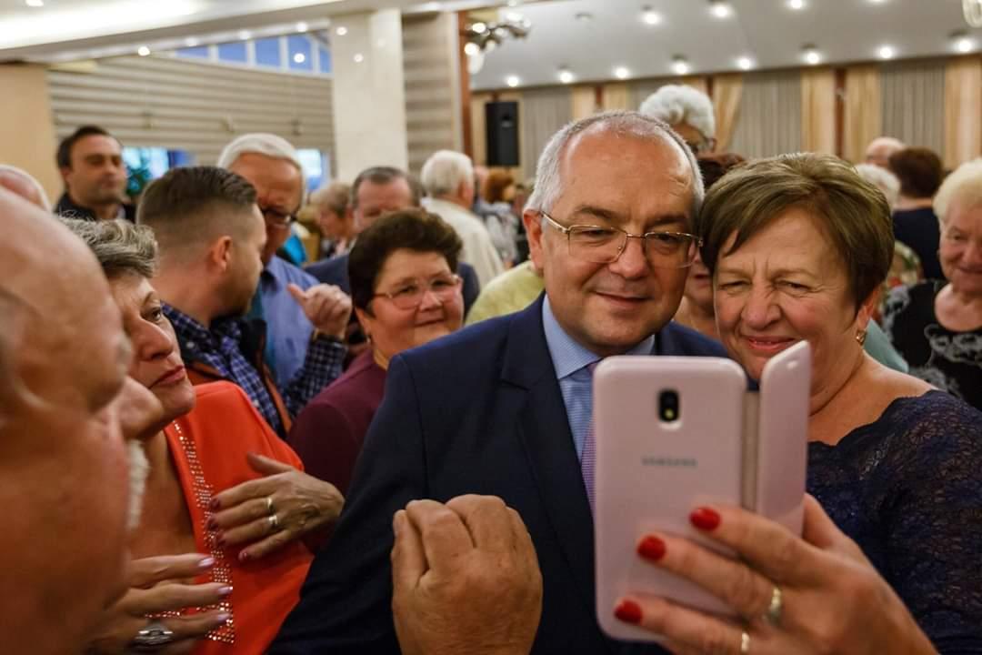 Primarul Emil Boc, la o nouă baie de mulțime printre pensionarii clujeni, la Ziua Seniorului