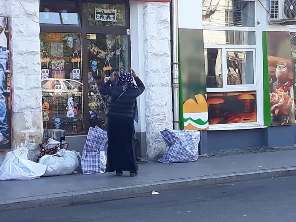 """Piața Gării """"orașului de cinci stele"""", magnet pentru cerșetori și boschetari! Poliția Locală doarme în weekend!"""