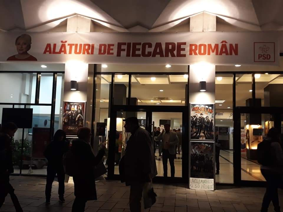 Ostilitate, agresivitate și circ la finalul acțiunii PSD de la Cinema Florin Piersic din Cluj. Viorica Dăncilă, huiduită FOTO/VIDEO