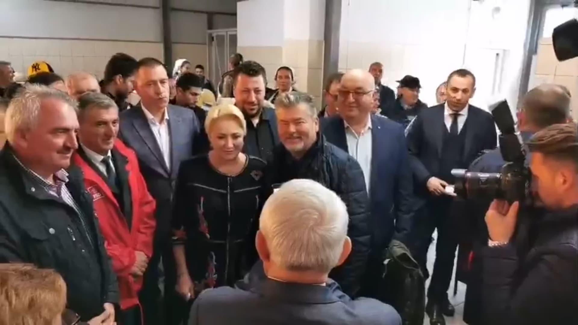 Premierul demis Viorica Dăncilă, baie de mulţime electorală şi vizită cu iz comunist la piaţa din Dej