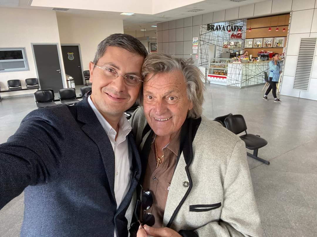Fostul candidat la prezidențiale, Dan Barna, selfie la Cluj alături de Florin Piersic! Liderul USR i-a cerut marelui actor și un fotograf
