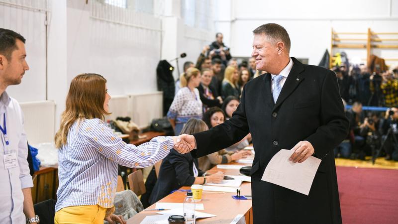 """Iohannis, la sediul PNL: """"Prezența este bună, iar în diaspora ar putea fi mai mare decât în primul tur. Un record care ne-ar bucura foarte mult"""""""