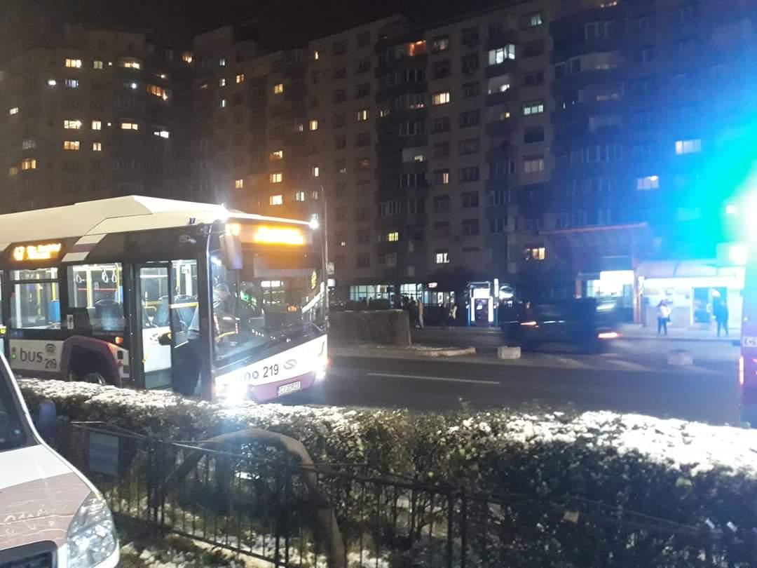 Un bărbat a fost lovit de un autobuz electric în Mărăști după ce a traversat neregulamentar