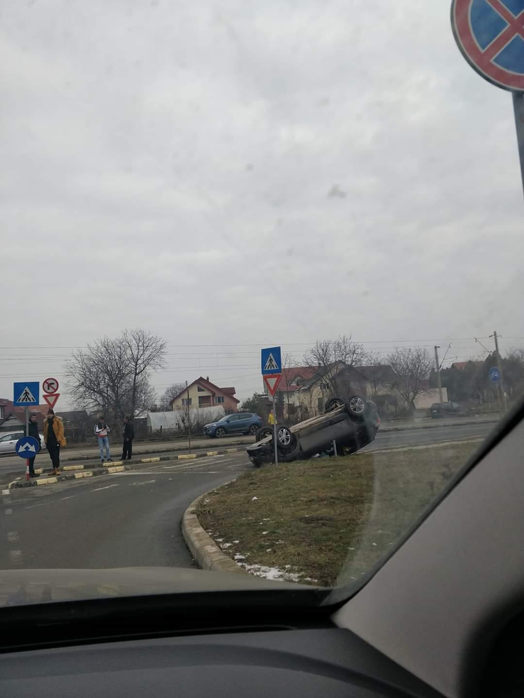 Accident pe strada Aurel Vlaicu, lângă Selgros: un autoturism întors cu roțile în sus