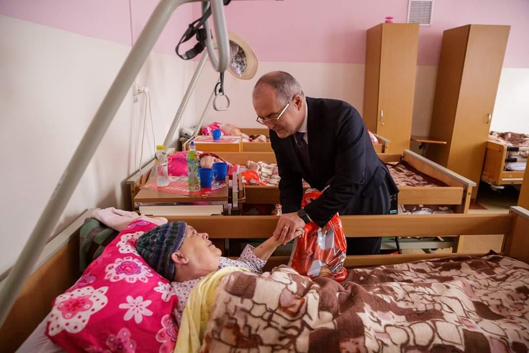 Primarul Emil Boc le-a dus și anul acesta cadouri vârstnicilor de la Centrul de Îngrijire și Asistență a DGASPC Cluj