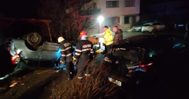 """Un minor de 17 ani s-a crezut """"șofer""""! A condus beat, fără permis și a distrus două mașini și o țeavă de gaz"""