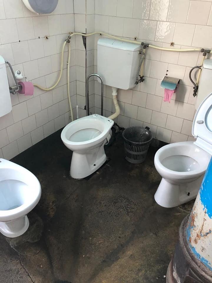 INCREDIBIL. Toaletă cu 3 WC-uri și condiții mizerabile la Spitalul de Boli Psihice din Borșa – FOTO