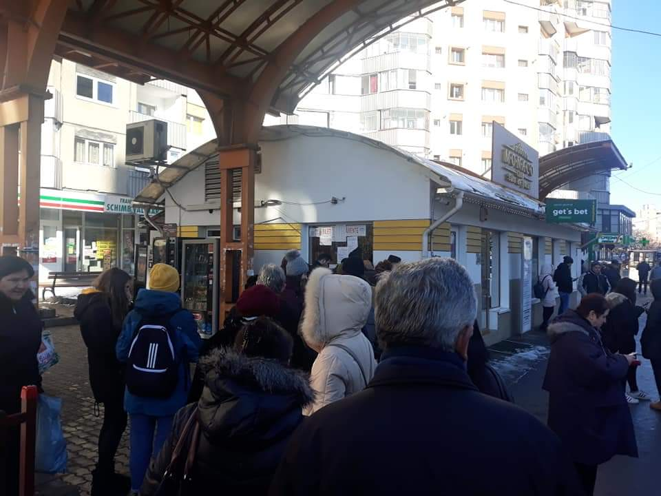 Pensionarii și studenții au format cozi mari la ghișeele CTP Cluj pentru reînnoirea abonamentelor – FOTO