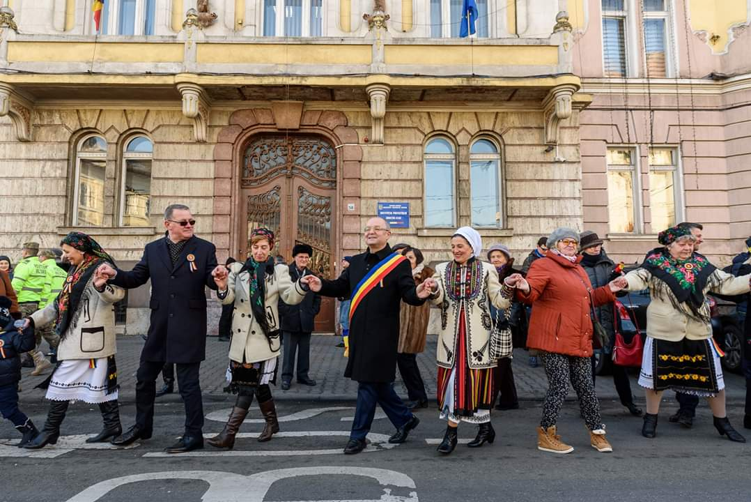 """Autoritățile locale s-au prins în """"Hora Unirii"""" la monumentul domnitorului Alexandru Ioan Cuza – FOTO"""