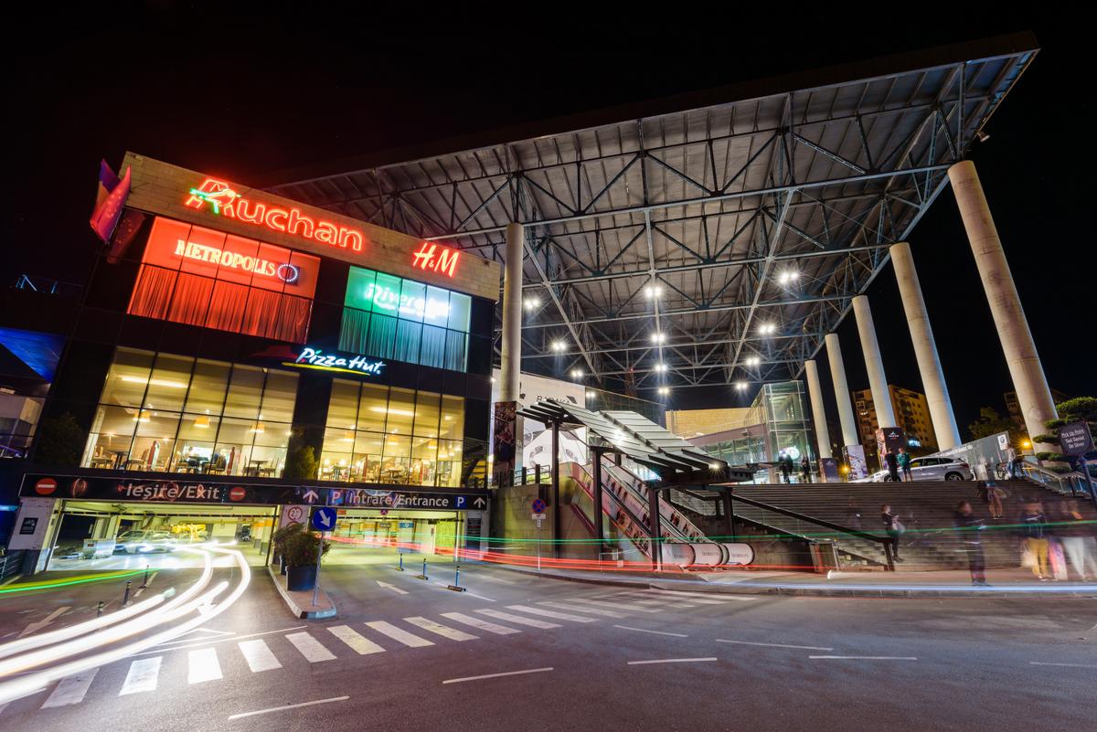 Iulius Mall Cluj nu se închide, dar anunță un program redus, parcare fără plată pentru un anumit segment, scăderea capacității din food court și măsuri de dezinfecție