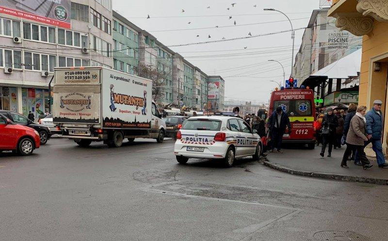 Femeie lovită pe trecerea de pietoni în timp ce traversa pe ROȘU, în Piața Mihai Viteazul