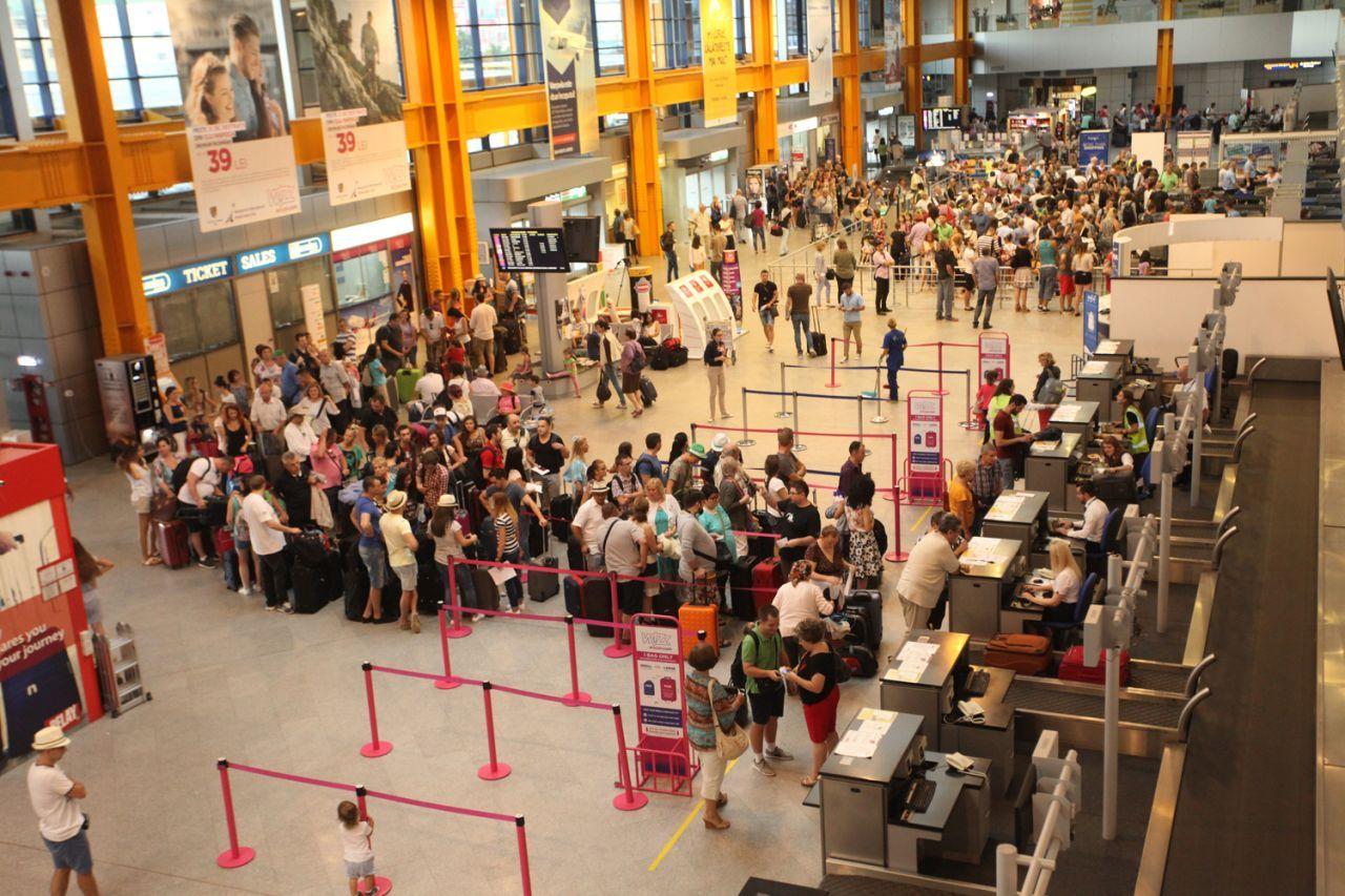 ALERTĂ pe Aeroportul Internațional Cluj – O stewardesă a companiei aeriene LOT, suspectă de coronavirus
