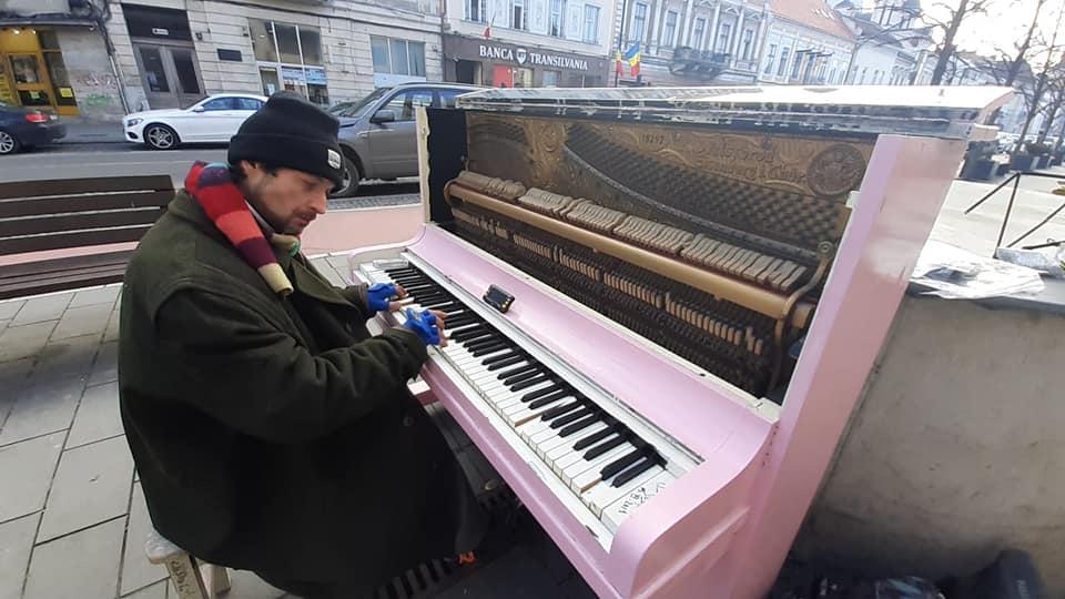 Artist stradal din Târgu Mureș, surprins cântând la pian pe B-dul Eroilor din Cluj, în noaptea de Revelion – VIDEO