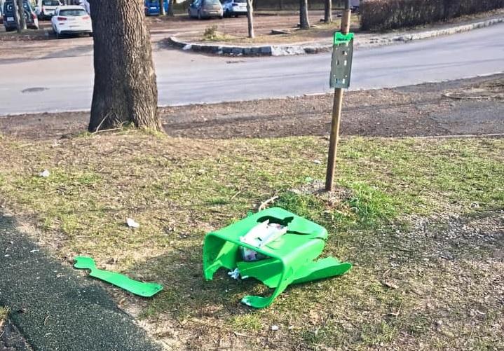 Clujul necivilizat. Coșuri de gunoi distruse cu petarde în noaptea de revelion în Parcul Cetățuie din Cluj-Napoca – FOTO