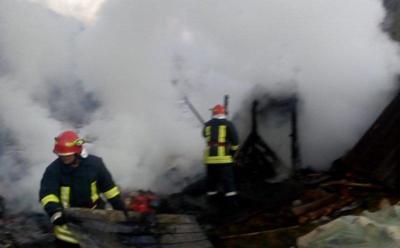 Incendiu la o pensiune din IC Ponor! Localnicii au dat o mână de ajutor până la sosirea pompierilor