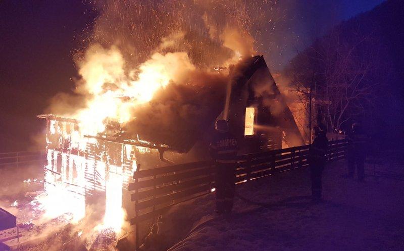 Cabană distrusă de un incendiu în Mărișel miercuri dimineața. Flăcările s-au extins și la a doua