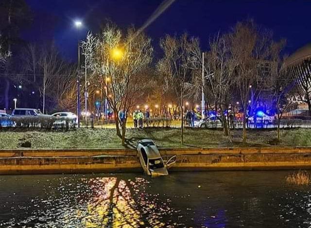 O mașină a aterizat în Someș lângă Cluj Arena- FOTO