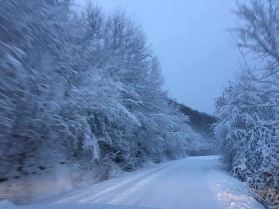 ATENȚIE. Circulație în condiții de iarnă pe drumul spre Căpușu Mare și Beliș – FOTO