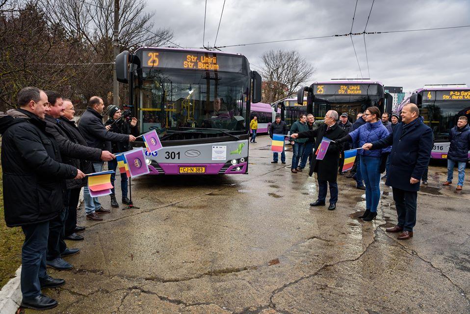 Au venit cele 25 de noi troleibuze achiziționate pe fonduri europene și au intrat astăzi în circulație. Două treimi din flota regiei de transport public este nouă