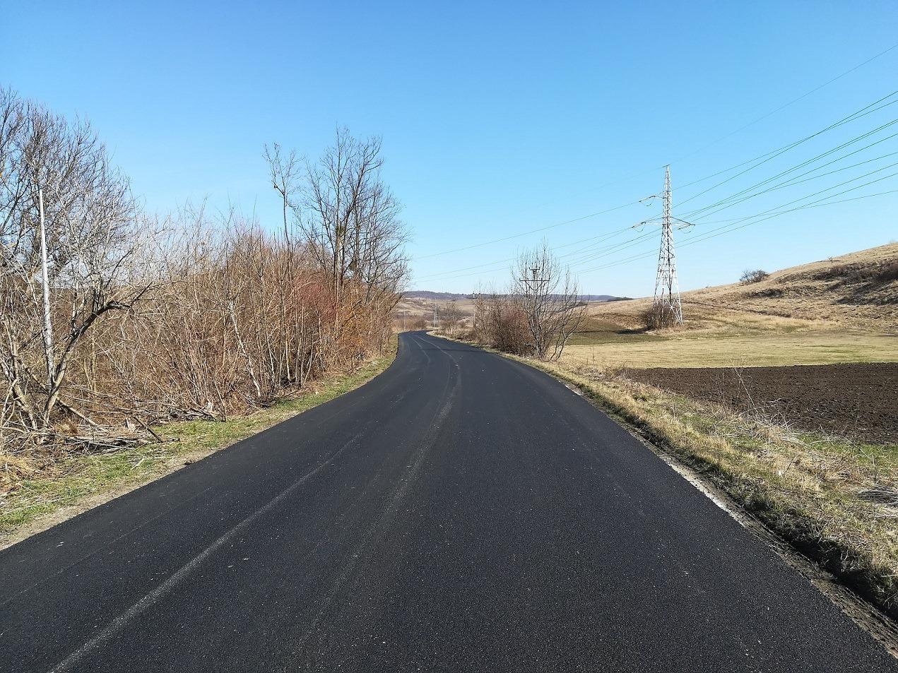 Deși e pandemie de coronavirus, muncitorii Consiliului Județean au fost trimiși pe teren la asfaltarea a două sectoare ale drumului județean 108C Gârbău – Aghireșu – Leghia