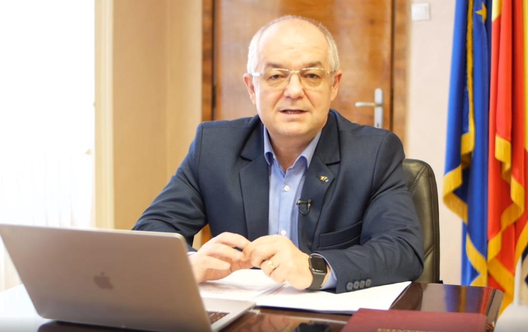 """Primarul Emil Boc, live pe Facebook, apel la calm: """"Nu vă panicați, autoritățile statului știu ce au de făcut. Starea de urgență este pentru protecția cetățenilor. Magazinele au stocuri suficiente"""""""