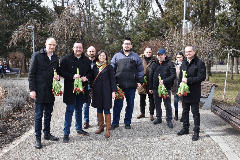 A revenit normalitatea în PSD Cluj. Social-democrații clujeni au sărbătorit venirea primăverii prin împărțirea de lalele și mărțișoare clujencelor