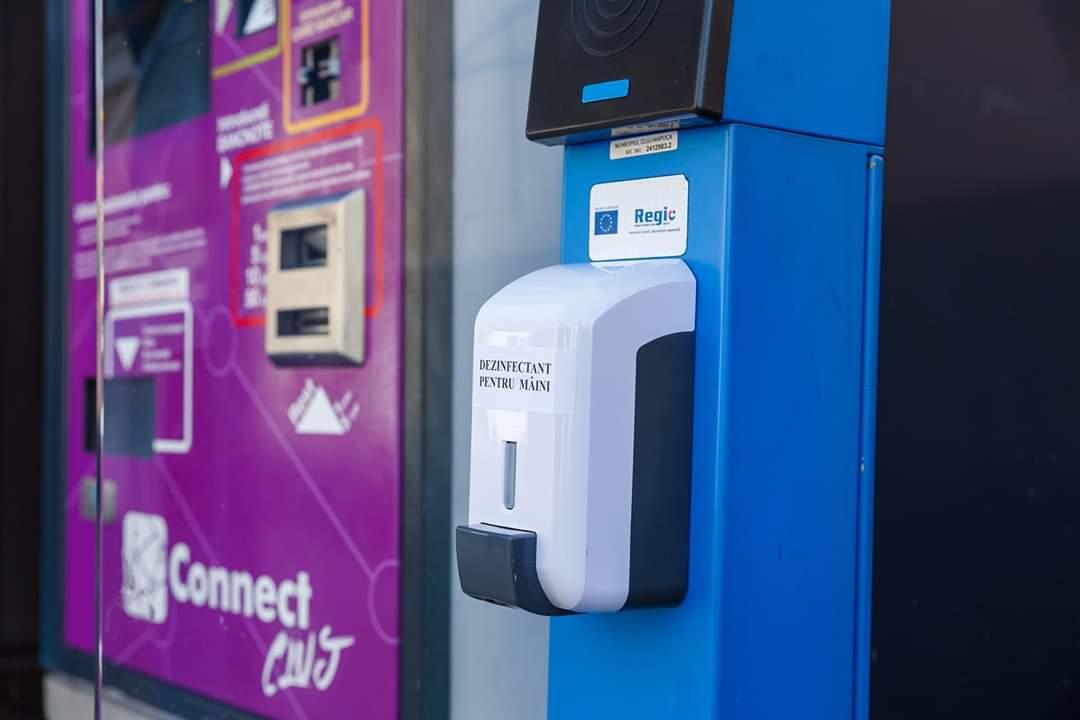 La Cluj-Napoca a început montarea aparatelor de dezinfectare pentru mâini în stații de autobuz, piețe sau scări de bloc