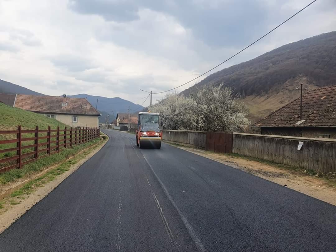 A fost finalizată asfaltarea tronsonului de drum Buru (DN 75) – limită cu județul Alba
