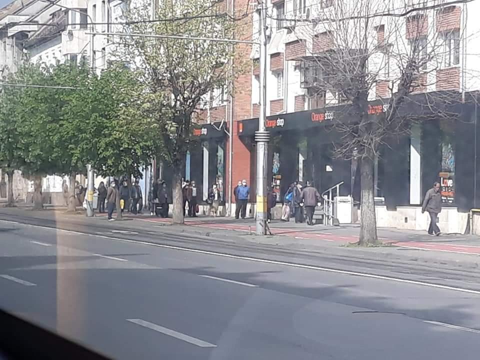 Coada mare în plină pandemie la sediul Orange de pe B-dul 21 Decembrie din Cluj – FOTO