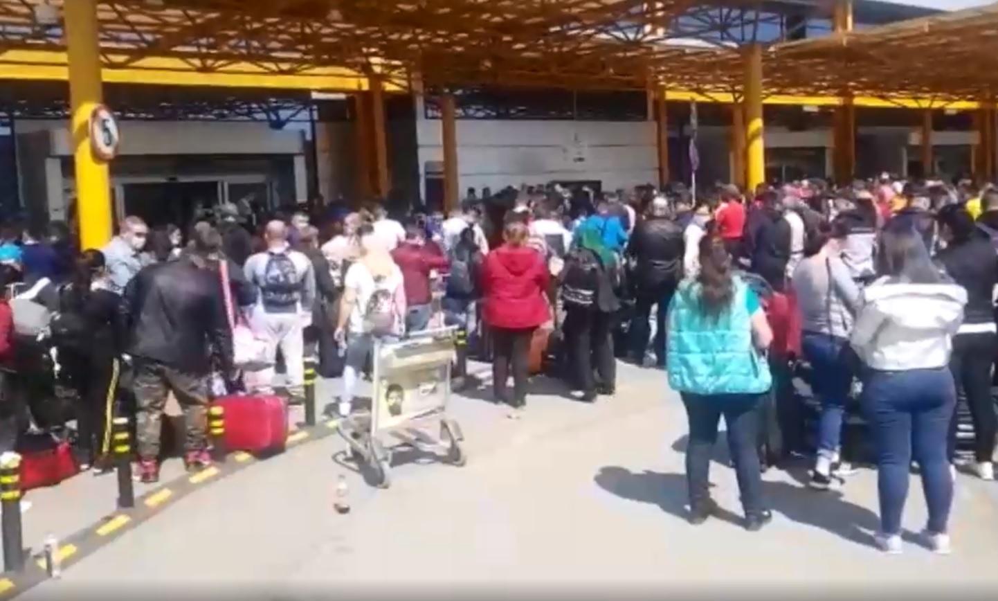 Haos pe Aeroportul Internațional Cluj. 1800 de muncitori sezonieri așteaptă pe aeroportul clujean să plece la muncă în Germania cu 12 curse private, în plină pandemie de coronavirus
