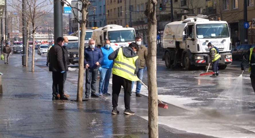Primarul Emil Boc a supervizat acțiunea de spălare cu detergent a străzii Horea! Acțiunea va continua zilnic – VIDEO