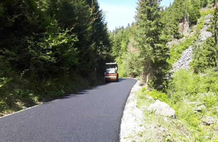 Asfaltarea sectorului de drum Măguri – Măguri Răcătău a fost finalizată