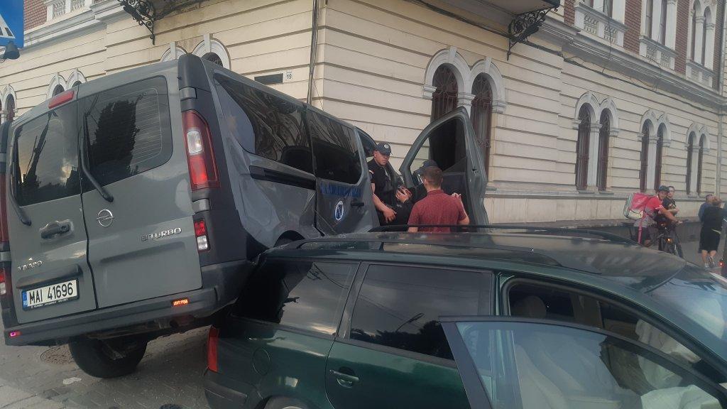 ACCIDENT – Dubă a jandarmeriei, lovită în plin de o mașină în fața Teatrului Național – FOTO