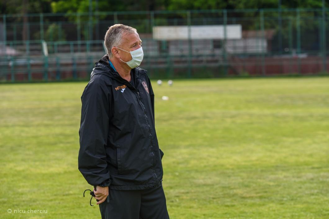 CFR Cluj și-a reluat antrenamentele după două luni de pauză forțată de COVID-19. Dan Petrescu, cu mască de protecție!