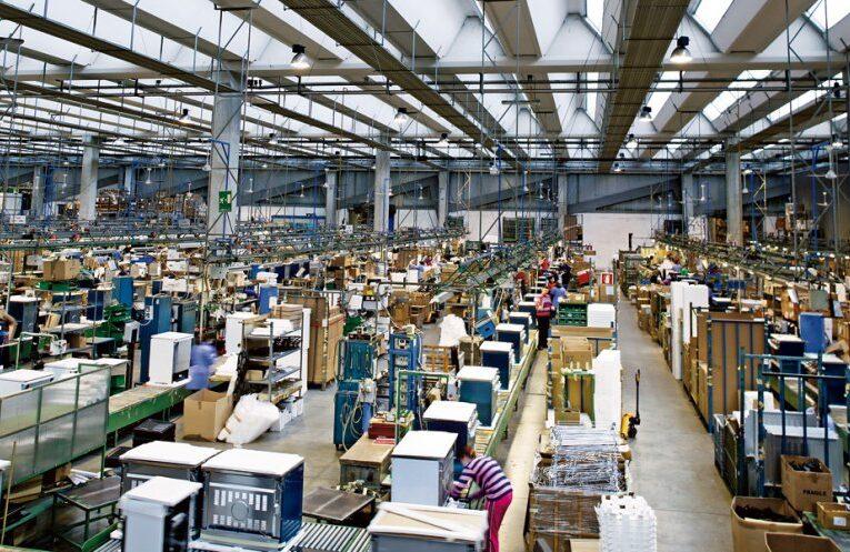 Cei 33 de muncitori srilankezi rămași fără loc de muncă, angajați de fabrica De'Longhi din Cluj