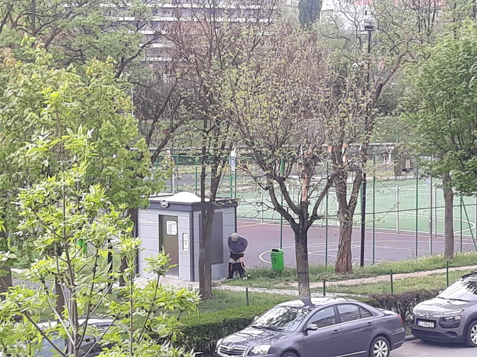 Lipsă de educație sau sărăcie? Pensionar clujean surprins făcându-și nevoile lângă toaleta inteligentă din Grigorescu – FOTO