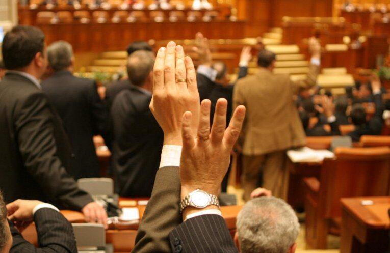 S-a votat oficial impozitarea pensiilor speciale cu 85%
