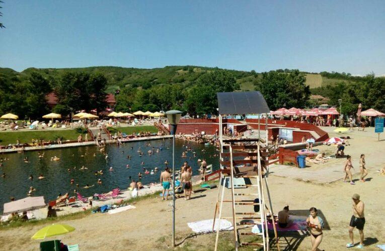 Aglomerație mare la Băile Cojocna în acest weekend. Regulile de distanțare respectate și nu prea – FOTO